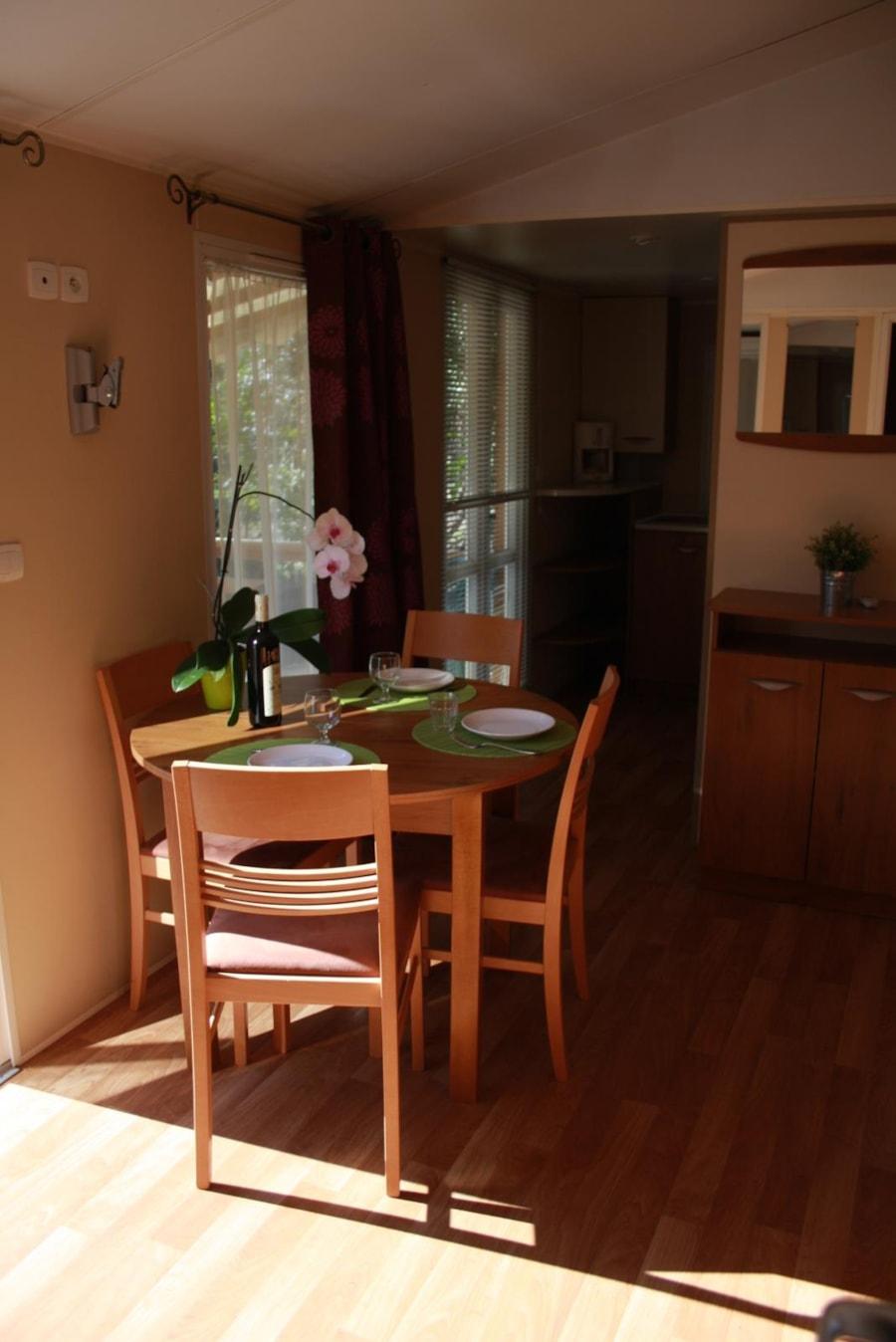 Location Mobil Home Luxe 33 - salle à manger - Camping Chantecler ★★★★ Aix en Provence (Sud de la France)