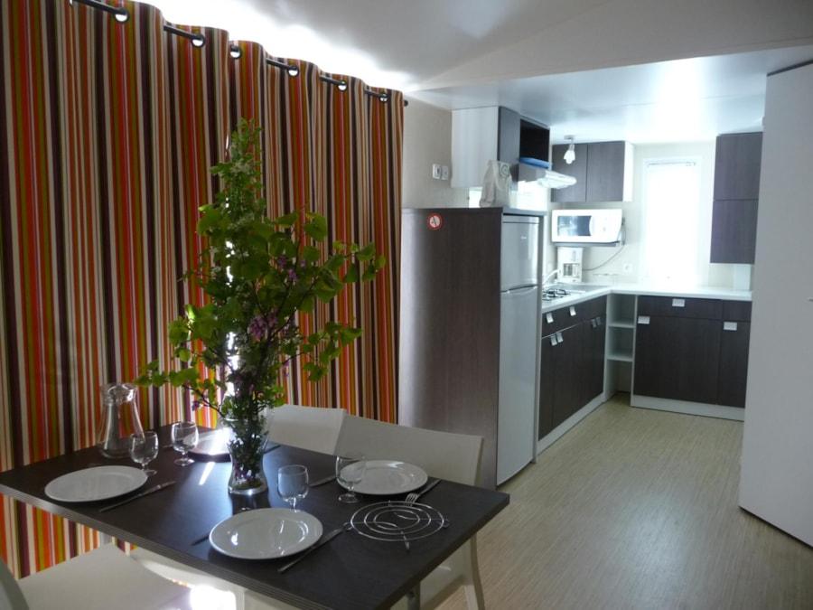 Location Mobil Home Luxe - salle à manger et cuisine équipée - Camping Chantecler ★★★★ Aix en Provence (Sud de la France)